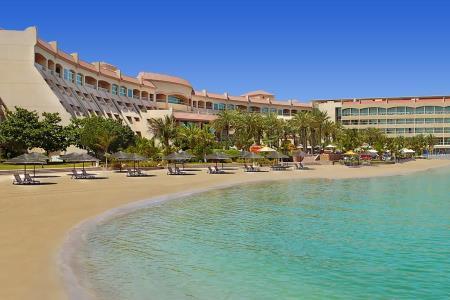 أجواء صيفية نابضة بالحيوية في فندق شاطئ الراحة